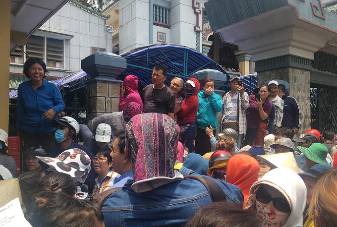 <p> Người dân tập trung đông quanh chùa Ấn Quang mặc cho trời nắng gắt.</p>