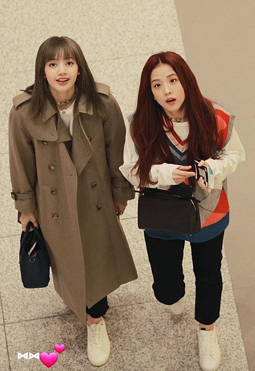 Biểu cảm đáng yêu của Lisa, Ji Soo khi nhìn thấy fan ở sân bay.