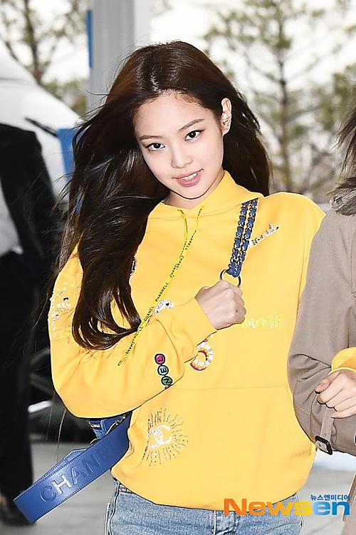 Ngày 9/4, Black Pink lên đường sang Thái Lan để tham dự sự kiện. Jennie chọntrang phục và phụ kiện của thương hiệu Chanel. Cô nàng luôn tích cực quảng bá cho nhãn hàng mỗi khi ra sân bay.