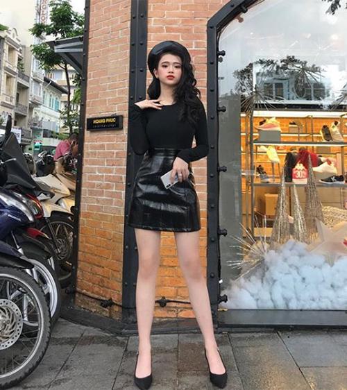Hot girl Hà thành tiết lộ, cô nàng cao chưa đến 1,6 m. Tuy nhiên Linh Ka chuộng lối ăn mặc gợi cảm để giúp đôi chân trông dài hơn.