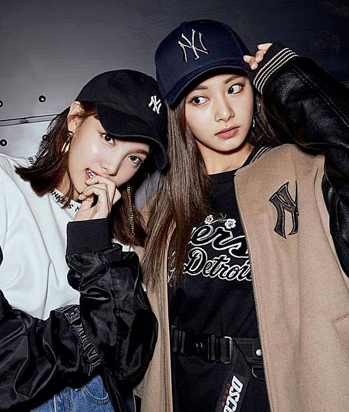 Bộ đôi chị cả - em út của Twice cũng được fan nhắc đến trong chủ đề này. Maknae Tzuyu thường xuất hiện với vẻ bí ẩn, trầm tĩnh còn Na Yeon lại hoạt bát, năng động và luôn tràn đầy năng lượng.