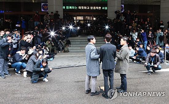 Rất đông phóng viên có mặt trước đồ cảnh sát để chờ đợi Roy Kim. Quán quân của cuộc thi Superstar K4 vừa trở về từ Mỹ. Anh xuống sân bay Hàn Quốc vào đêm ngày 9/4 và giữ kín lịch trình, tránh gây trình hỗn loạn như trường hợp của Jung Joon Young.