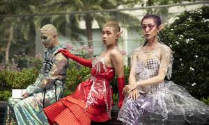 Fashionista Việt mặc đồ như 'yêu quái' trên đường phố Sài Gòn