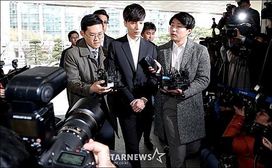 Chiều ngày 10/4, Roy Kim tới đồn cảnh sát trình diện với tư cách là nghi phạm trong scandal quay lén. Nam ca sĩ ở trong nhóm chat cùng với Jung Joon Young. Cảnh sát khẳng định anh đãphát tán những bức ảnh nhạy cảm với bạn bè trong group chat.