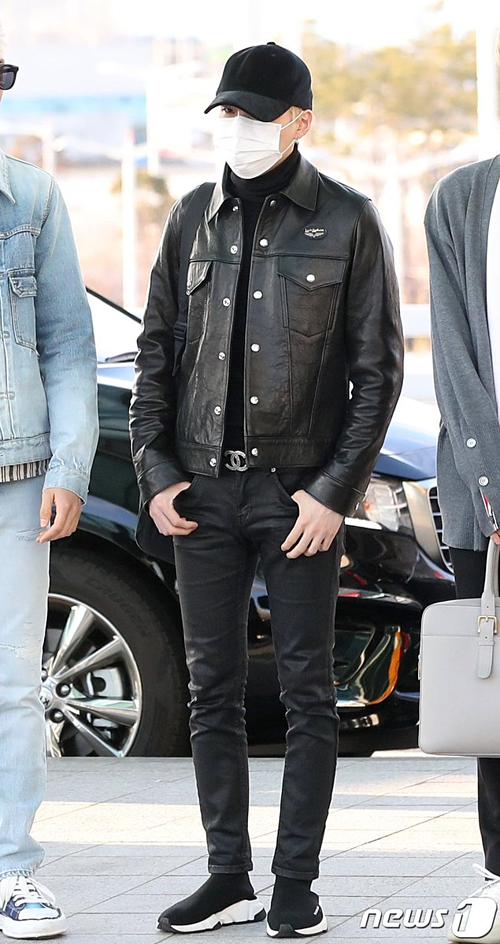 Anh chàng lựa chọn quần jean ôm sát cùng áo len và jacket da. Suga là một tín đồ của style all-black.
