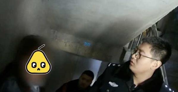 Cảnh sát tiến hành tìm kiếm tại một tòa chung cư ở tỉnh Hắc Long Giang hôm 6/4 sau cuộc gọi khẩn cấp của một phụ nữ.