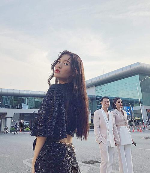 Han Sara khiến fan thích thú khi khoe đang kiếm fame bằng cách chụp ảnh ké Ông Cao Thắng - Đông Nhi.