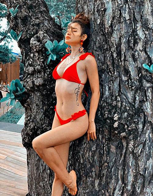Phương Trinh diện bikini nhỏ xíu tôn lên thân hình săn chắc và hình xăm gợi cảm bên hông.