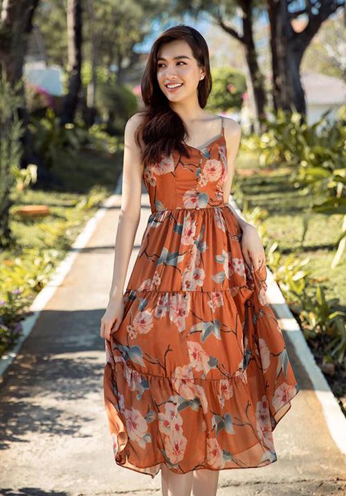 Lệ Hằng tung tăng đi chơi biển với váy hoa mát rượi.