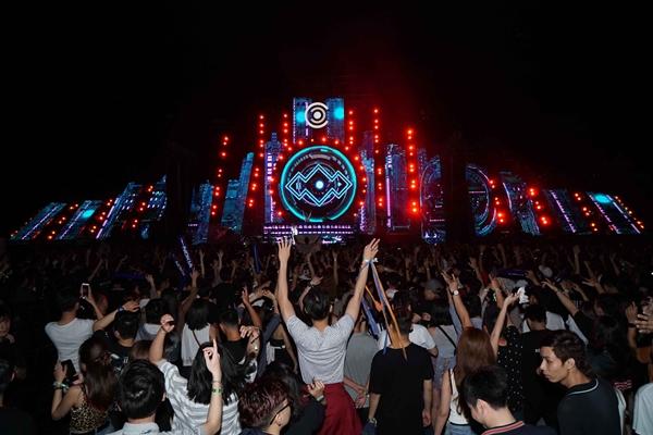 Đáng được mong chờ nhất là đêm nhạc điện tử với sự tham dự của nhiều DJ đình đám quốc tế và nghệ sĩ trẻ Việt Nam. Sân khấu mặt trời được dựng nên bừng sáng để bạn trẻ có thể quẩy hết mình.