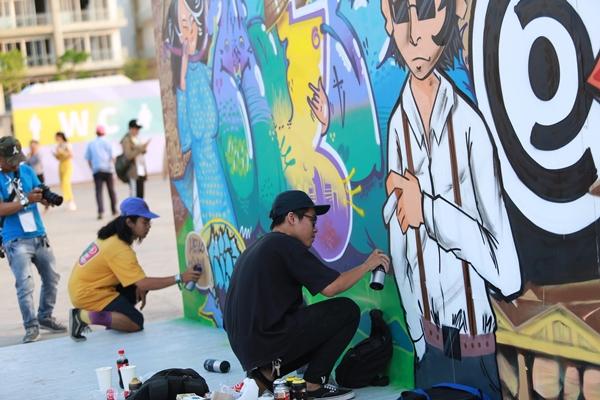 Nhịp sống hiện đại được tái hiện qua thú vui vẽ tranh đường phố, thể hiện cá tính của giới trẻ.