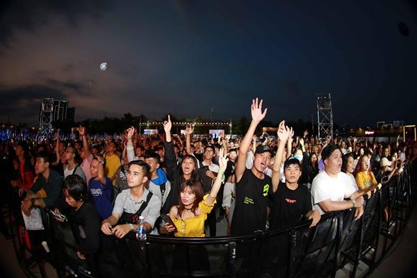 DJ Hoaprox dành riêng cho khán giả những bản nhạc sôi động, tái hiện nhiều cung bậc cảm xúc, khơi dậy tình yêu âm nhạc ở giới trẻ. Cách đây không lâu, Hoaprox được hãng thu âm hàng đầu Hà Lan - Futurized Record mời hợp tác.