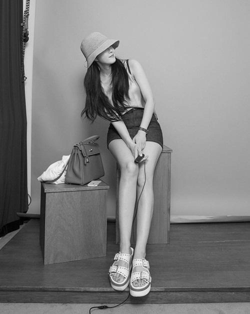 Hyo Min luôn khiến fan trầm trồ trước cặp chân thon dài miên man.