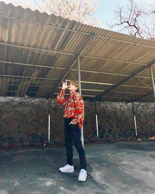 Lee Dae Hwi nổi bật với áo sơ mi họa tiết màu đỏ.