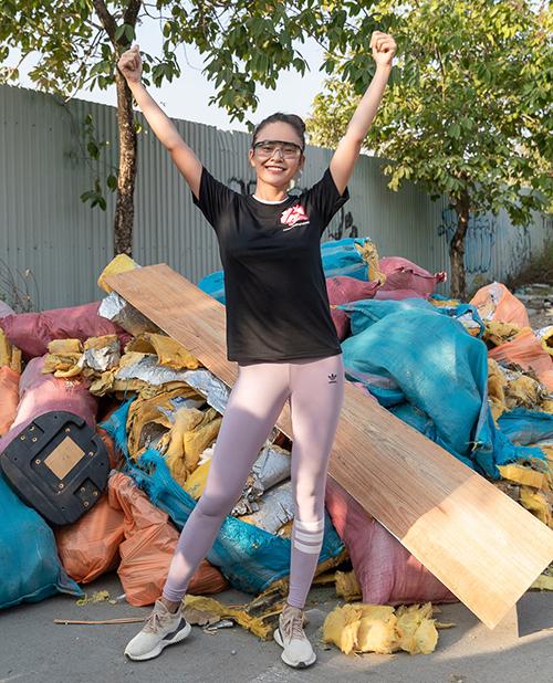 Mâu Thủy mặc đồ đơn giản nhưng cũng rất thời trang với áo phông, quần legging màu sắc và kính phi công khi tham gia thử thách dọn rác.