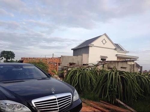 Căn nhà cấp bốn đầy ắp kỷ niệmvẫn được Vy Oanh và các anh trai giữ lại dù điều kiện kinh tế dư dả hơn.
