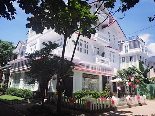Từ cô gái sinh gia trong gia đình nghèo khó, Vy Oanh hiện tại có cuộc sống viên mãn bên người chồng là doanh nhân Việt kiều. Nữ ca sĩ gốc Phan Thiết cùng chồng sống tại căn biệt thự có gần 40 tỷ đồngở vị trí trung tâm Quận 1, TP HCM.