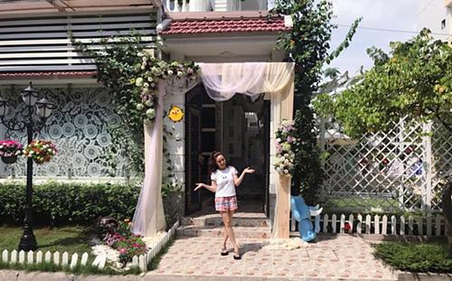 Căn biệt thự được thiết kế theo phong cách châu Âu cổ điển, sang trọng.Khuôn viên bên ngoài căn biệt thự của Vy Oanh.