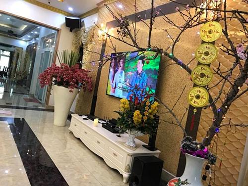 Phòng khách được bố trí tivi màn hình cỡ lớn, là nơi sum họp các thành viên trong gia đình.