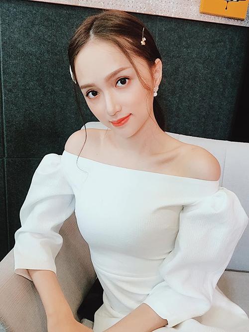 Hương Giang đăng ảnhduyên dáng trong bộ váy trễ vai kèm dòng trạng thái thả thính: Váy trắng có khiến anh ngẩn ngơ
