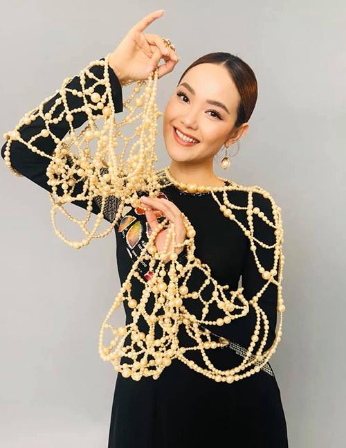Minh Hằng diện bộ áo dài đính ngọc trai cầu kỳ chụp photoshoot mới.