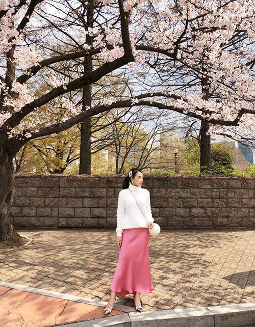 Sam cầu kỳ áo trắng - váy hồng để hợp với bối cảnh hoa anh đào.