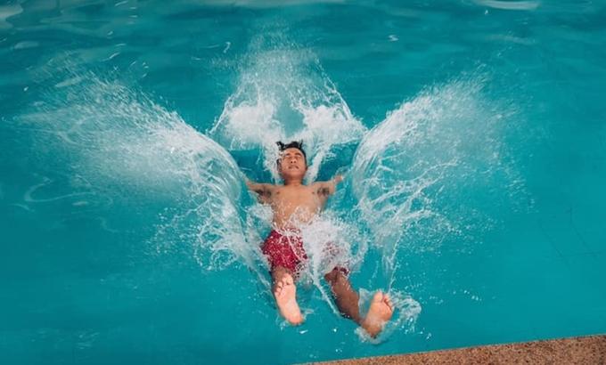 """<p> Ở trên bờ """"ngầu"""" là thế mà sao xuống nước lại như """"say xe"""" thế này Văn Đức ơi!</p>"""