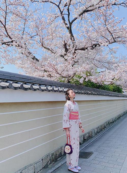 Thiều Bảo Trangkhéo chọn bộ kimono hợp khung cảnh hoa anh đào trong chuyến du lịch Nhật Bản.