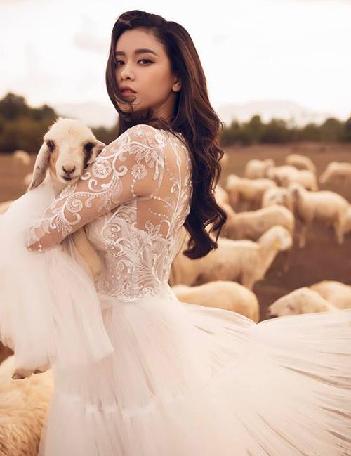 Trương Quỳnh Anh diện váy cưới... bế cừu.