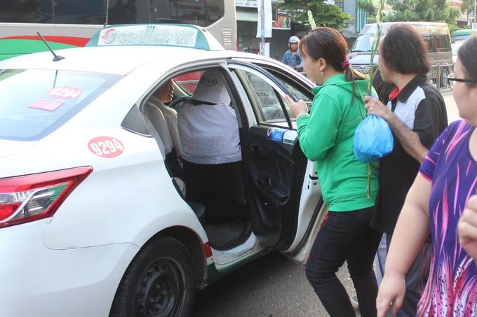 <p> Số khác bắt taxi để theo bằng được đoàn xe tang.</p>