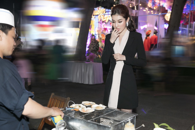 <p> Tham dự sự kiện vào lúc tối muộn nên Huyền My tranh thủ ăn đêm sau khi kết thúc công việc. Đang ăn vận lộng lẫy và xinh đẹp nhưng Huyền My không ngần ngại thưởng thức những món ăn đường phố.</p>