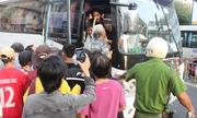 Người đưa tiễn quát tháo an ninh, đu bám đoàn xe tang nghệ sĩ Anh Vũ
