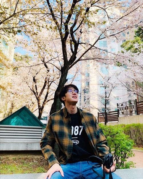 Gong Myung vác máy ảnh đi chụp hoa anh đào.