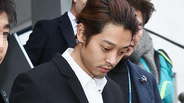 Jung Joon Young cố chấp giữ group chat bệnh hoạn.