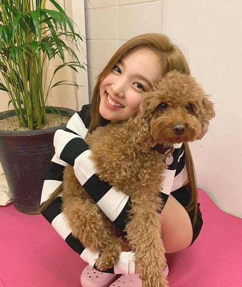 Na Yeon khoe răng thỏ đáng yêu ôm cún cưng tình cảm.
