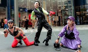 Tín đồ thời trang Sài Gòn gây tranh cãi với trang phục 'bạo hành'