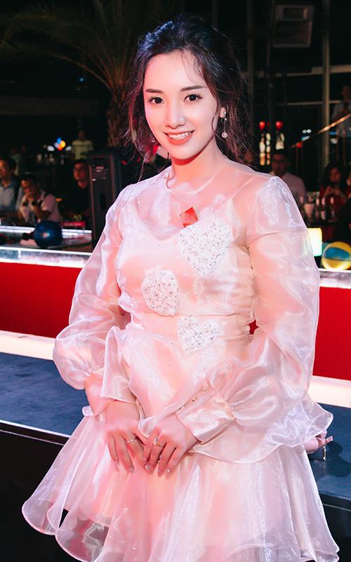 Hot girl sinh năm 1997 Gia Linh khoe nụ cười rạng rỡ. Sau khi xuất hiện ở các dự án sitcom, phim điện ảnh Thạch Thảo và một gameshow hẹn hò, Gia Linh càng được nhiều khán giả trẻ chú ý.