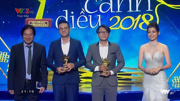 Đạo diễn Khải Anh (thứ 2 từ trái sang) đã nhận giải Đạo diễn xuất sắc nhất hạng mục phim truyền hình với bộ phimNgày ấy mình đã yêu.