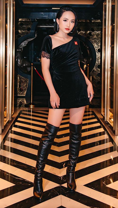 Hot girl Tuyết Anh thoát xác với hình ảnh nhẹ nhàng để gợi cảm hơn với chiếc váy ôm sát.