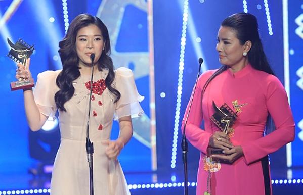 Hoàng Yến Chibi (trái)nhận giải thưởng Nữ chính xuất sắc nhất với vai Hiểu Phương trong Tháng năm rực rỡ. Giải Nam chính xuất sắc nhất thuộc về Liên Bỉnh Phát với vai Dũng Thiên lôi trong Song Lang. Nhưng anh có việc bận không thể xuất hiện trong lễ trao giải nên diễn viên Kiều Trinh (phải) đã lên nhận giải thay.