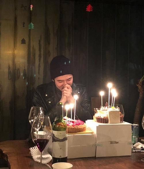 Se Hun hạnh phúc cầu nguyện trong buổi tiệc sinh nhật ấm cúng.