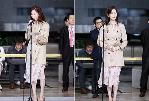 Seo Hyun lại kết hợp với kiểu áo trench coat thanh lịch. Em út của SNSD luôn giữ hình ảnh sang trọng, chỉn chu trong mọi sự kiện.