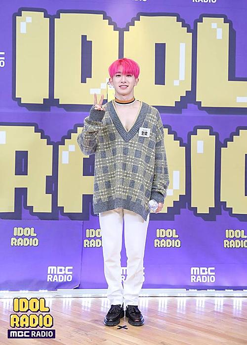 Chơi trội nhất hẳn là Wonho của Monsta X với kiểu mặc khoe ngực. Đây là một sản phẩm đến từ thương hiệu WOOYOUNGMI.