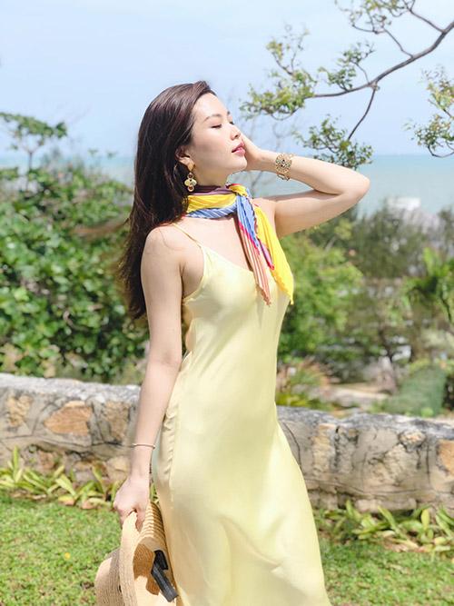 Á hậu Diễm Trang khoe dáng nuột nà với style đi chơi biển ngày hè.