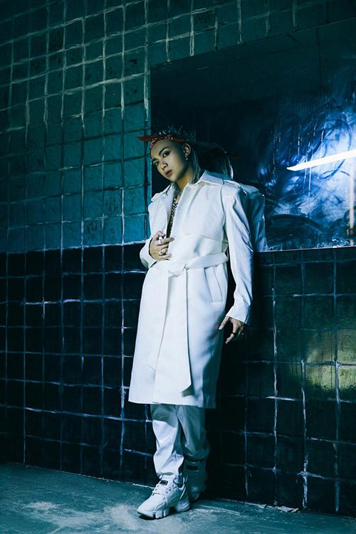 Ca khúc mới do chính Soobin Hoàng Sơn sáng tác, thuộc thể loại Future Bass đang thịnh hành trên thế giới. Anh lấy cảm hứng về một câu chuyện tình yêu của Vampire - một thứ tình yêu tưởng là vĩnh cữu nhưng hoá ra có thể tan vỡ bất kì lúc nào.