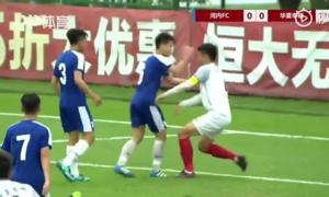 Cầu thủ U17 Hà Nội đấm vào mặt đối thủ ở giải giao hữu