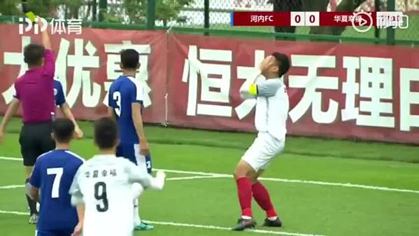 Cầu thủ U17 Trung Quốc ôm mặt ngã xuống sân.