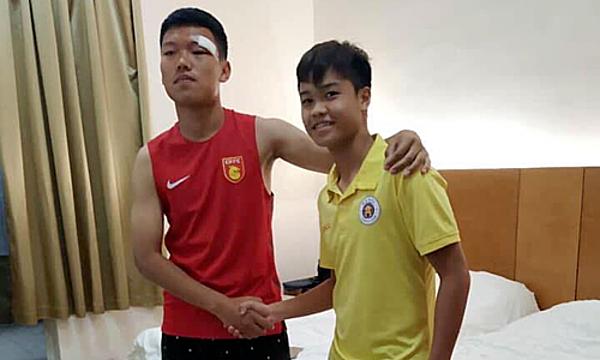 Đức Anh bắt tay xin lỗi cầu thủ người Trung Quốc. Ảnh: Next Sport.