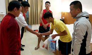 Cầu thủ Hà Nội xin lỗi đối thủ bị mình đấm vào mặt