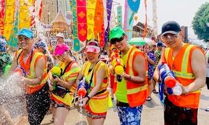 Giới trẻ Việt ùn ùn như 'đánh trận' ở lễ hội té nước Thái Lan